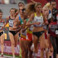 女子5000メートル予選2組で先頭集団から遅れをとる木村友香(左奥)=カタール・ドーハで2019年10月2日、久保玲撮影