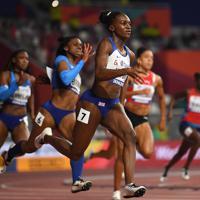 女子200メートル決勝、優勝したディナ・アッシャースミス=カタール・ドーハで2019年10月2日、久保玲撮影