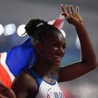 女子200メートル決勝で優勝し、喜ぶディナ・アッシャースミス=カタール・ドーハで2019年10月2日、久保玲撮影