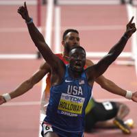 男子110メートル障害決勝、1位でフィニッシュするグラント・ホロウェイ=カタール・ドーハで2019年10月2日、久保玲撮影