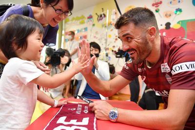 神戸大病院の小児科を訪問し、子供とハイタッチをする神戸のビジャ選手=神戸市中央区で2019年10月3日午後3時33分、望月亮一撮影