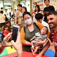 神戸大病院小児科を訪れ、子供たちと記念撮影をする神戸のビジャ選手=神戸市中央区で2019年10月3日午後3時46分、望月亮一撮影