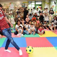 神戸大病院小児科を訪れ、子供たちの前でサッカーボールをける神戸のビジャ選手=神戸市中央区で2019年10月3日午後3時26分、望月亮一撮影