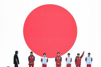 試合会場での練習に臨む谷川航(右端)、谷川翔(右から2人目)ら男子日本代表の選手たち=ドイツ・シュツットガルトで2019年10月3日、宮間俊樹撮影