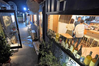 コンテナを改造した店舗が並ぶ「香椎コンテナ村」=福岡市東区で2019年10月1日、津村豊和撮影