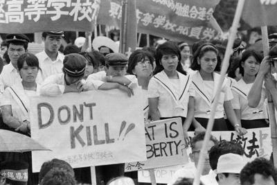 1970年5月に米兵が下校途中の女子高生を切りつけ重傷を負わせた事件に抗議する高校生ら(1970年6月6日撮影)=読谷村提供