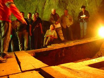 「デニソワ人」の化石が見つかったロシア南部のデニソワ洞窟=ヨハネス・クラウスさん提供