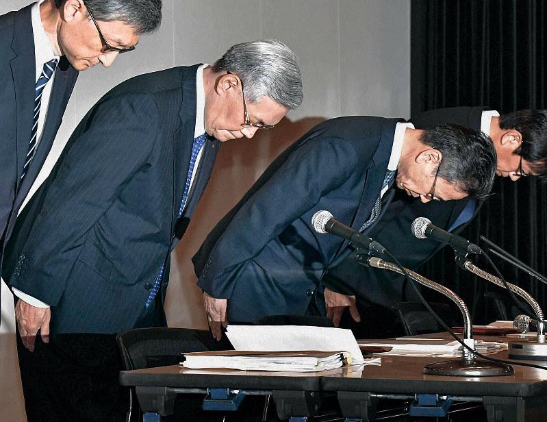 会見で謝罪する関電の八木誠会長(中央左)と岩根茂樹社長(中央右)