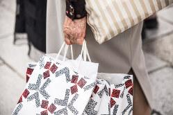 高齢者にとっては関心があるのは年金の金額(Bloomberg)
