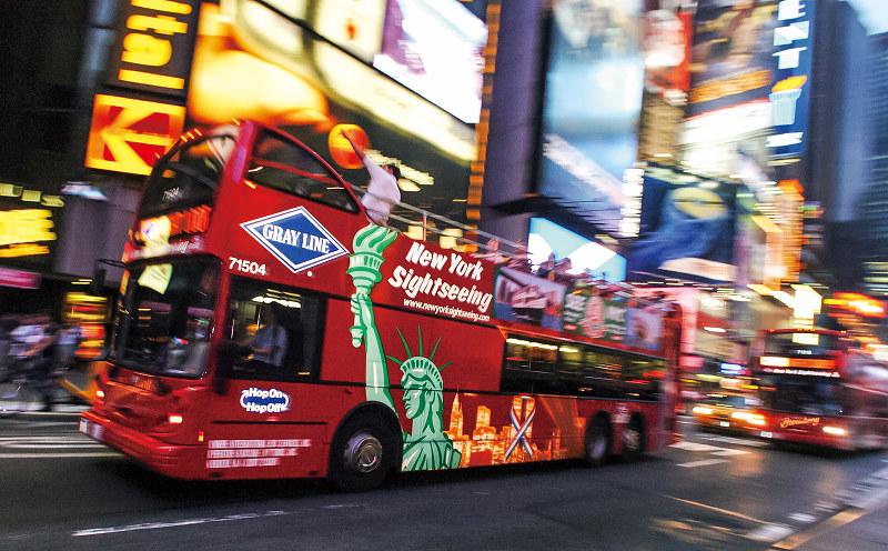 観光客に好評の2階建てオープンバス(Bloomberg)