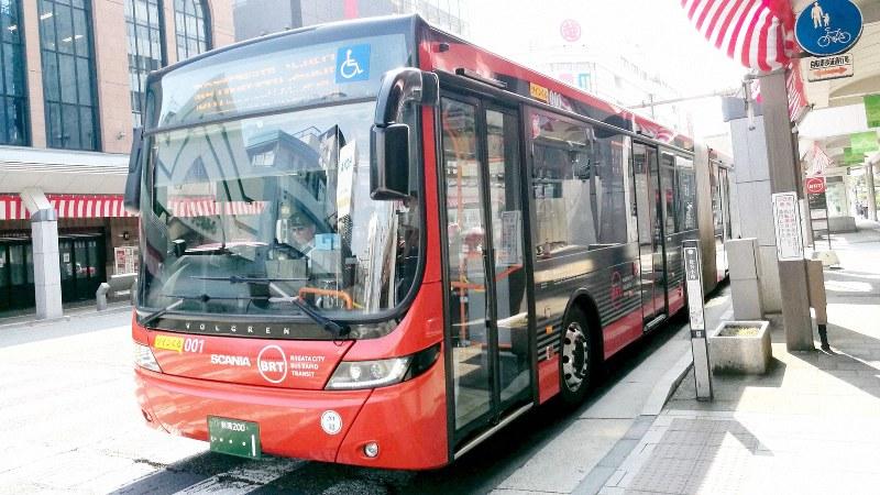 新潟市の古くからの中心市街地・古町地区を通る連節バス=2019年8月、中村智彦撮影