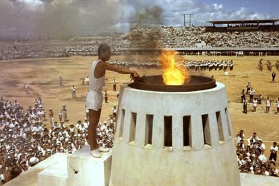 3万人を超える市民が見守る中、聖火台にともされる聖火=那覇市の奥武山陸上競技場で1964年9月7日、鈴木久俊撮影