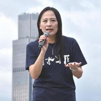 労働組合などが主催した集会で解雇の不当性を訴える施安娜さん=香港・金鐘で2019年9月3日、福岡静哉撮影