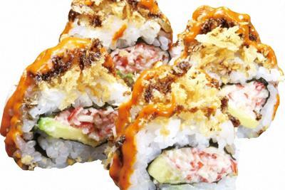 くら寿司の米国人気1位のロール寿司「ゴールデンクランチロール」。中にエビマヨとアボカド、揚げたパン粉をまぶし、甘辛く味付けした=同社提供