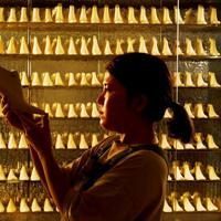ショールームに並ぶ750個以上の木型=神戸市長田区で、山田尚弘撮影