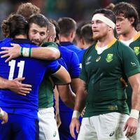 【南アフリカ-イタリア】互いの健闘をたたえ合う両チームの選手たち=静岡スタジアムで2019年10月4日、玉城達郎撮影