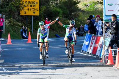フランシスコ・マンセボ(マトリックスパワータグ)と共にフィニッシュしたホセ・ビセンテ・トリビオ(マトリックスパワータグ)が大会2連覇を達成=JBCF提供