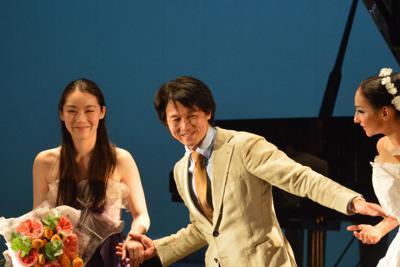 カーテンコールで手を取る岩田守弘さん(中央)と松田華音さん(左)=ロシアのニジニノブゴロドで2019年9月25日、大前仁撮影