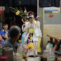 仮設商店街の店舗で舞を披露する子どもたち=岩手県大槌町で2019年9月20日、和田大典撮影