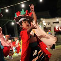 霞露嶽神社例大祭の宵宮で大浦さんさ踊りを舞う子どもたち=岩手県山田町で2019年9月21日、和田大典撮影