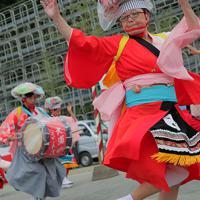 大浦さんさ踊りを舞う金沢美奈子さん(手前)=岩手県山田町で2019年9月22日、和田大典撮影