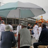 霞露嶽神社例大祭で町を練り歩くみこしを見つめる人たち=岩手県山田町で2019年9月22日、和田大典撮影