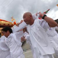 霞露嶽神社例大祭で漁港などを練り歩き、みこしを回す人たち。地元の住民が少なくなるなか、周辺の町から担ぎ手として参加する人も多い=岩手県山田町で2019年9月22日、和田大典撮影