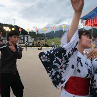 鵜住居駅前で開かれた納涼祭で踊る人たち=岩手県釜石市で2019年9月23日、和田大典撮影