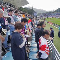ラグビー・ワールドカップのフィジー対ウルグアイの試合前に、東日本大震災の犠牲者を悼み黙とうする観客たち=岩手・釜石鵜住居復興スタジアムで2019年9月25日、和田大典撮影