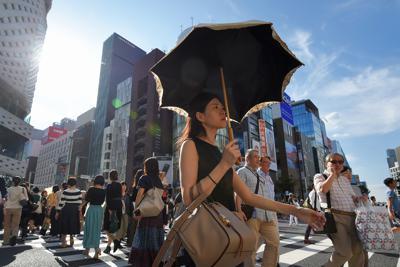 10月に入っても都心で真夏日を記録する中、日傘を差して薄着で歩く人たち=東京・銀座で2019年10月5日午後2時31分、手塚耕一郎撮影