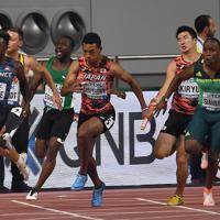 男子400メートルリレー予選2組、第3走者の桐生祥秀(右から2人目)からバトンを受けて走り出すアンカーのサニブラウン・ハキーム(同3人目)=カタール・ドーハで2019年10月4日、久保玲撮影
