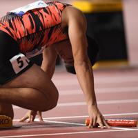 男子400メートルリレー予選2組、スタート位置につく第1走者の小池祐貴=カタール・ドーハで2019年10月4日、久保玲撮影