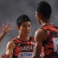 男子400メートルリレー予選、2組2着でフィニッシュしたアンカーのサニブラウン・ハキーム(右)と喜び合う第3走者の桐生祥秀=カタール・ドーハで2019年10月4日、久保玲撮影