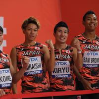 男子400メートルリレー予選後、記念撮影する(左から)第1走者の小池祐貴、第2走者の白石黄良々、第3走者の桐生祥秀、アンカーのサニブラウン・ハキーム=カタール・ドーハで2019年10月4日、久保玲撮影