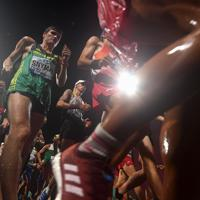 男子20キロ競歩、一斉にスタートする選手たち=カタール・ドーハで2019年10月4日、久保玲撮影