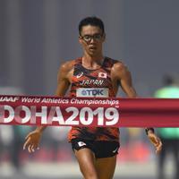 男子20キロ競歩、1位でフィニッシュする山西利和=カタール・ドーハで2019年10月5日、久保玲撮影