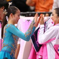 演技を終えた紀平梨花(左)を迎える宮原知子=さいたまスーパーアリーナで2019年10月5日、佐々木順一撮影