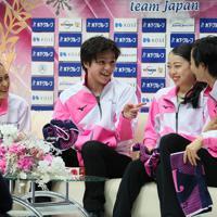 演技前に笑顔を見せる(左から)宮原知子、宇野昌磨、紀平梨花、島田高志郎=さいたまスーパーアリーナで2019年10月5日、佐々木順一撮影