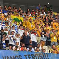 【オーストラリア-ウルグアイ】選手たちに声援を送る両国のファン=昭和電工ドーム大分で2019年10月5日、徳野仁子撮影