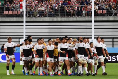 【日本―サモア】試合前の練習を終えて肩を組みながらピッチを後にする日本の選手たち=豊田スタジアムで2019年10月5日、大西岳彦撮影