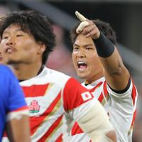 【日本―サモア】前半、スクラムを組む前に大きな声で味方を鼓舞する姫野(右)=豊田スタジアムで2019年10月5日、宮武祐希撮影