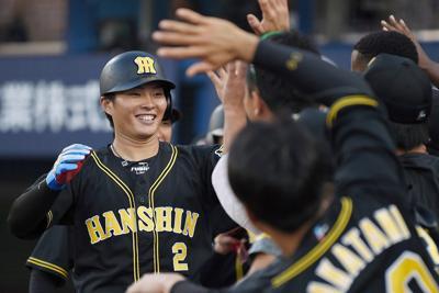 【DeNA-阪神】七回表阪神1死一、二塁、左越え3点本塁打を放ってベンチに迎えられる北條(左)=横浜スタジアムで2019年10月5日、北山夏帆撮影