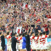【日本―サモア】サモアに勝利した日本の選手たちに拍手するファンたち=豊田スタジアムで2019年10月5日、宮武祐希撮影