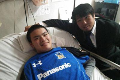 病室に見舞いに来た堀江翔太選手(右)と金澤功貴さん=大阪府内で2013年12月、金澤さん提供