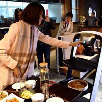 ロボットレストランでは、配膳ロボットが料理をテーブルまで運んでくれる=中国・天津市で