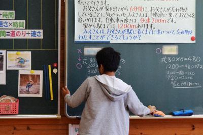 上野西小の特別支援学級で算数の問題に取り組む外国籍の児童=三重県伊賀市で(画像の一部を加工しています)