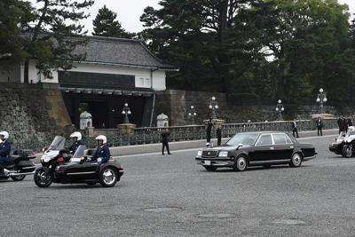 「祝賀御列の儀」のリハーサルで皇居を出発する車列=東京都千代田区で2019年10月6日午前7時3分、丸山博撮影