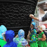 子どもたちと一緒に炬火台を磨く室伏広治さん=埼玉県川口市で2019年10月6日午前9時34分、玉城達郎撮影