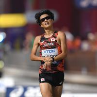 男子マラソン、25位でフィニッシュする山岸宏貴=カタール・ドーハで2019年10月6日、久保玲撮影