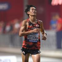 男子マラソン、37位でフィニッシュする二岡康平=カタール・ドーハで2019年10月6日、久保玲撮影